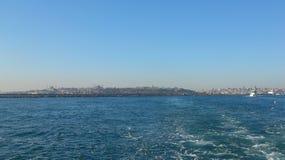 Vista escénica de Estambul del barco de vapor en el mar Foto de archivo libre de regalías