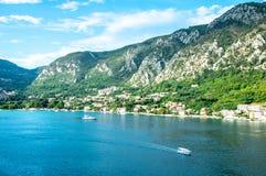 Vista escénica de la bahía de Montenegro Kotor con los barcos y las montañas altas fotografía de archivo