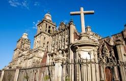Vista escénica de la catedral Metropolitana y de una cruz, Ciudad de México fotos de archivo