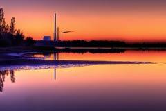 Vista escénica de la central eléctrica en puesta del sol Imagen de archivo libre de regalías