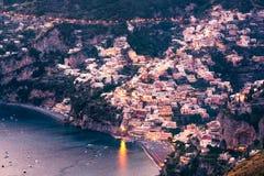 Vista escénica de la ciudad después de la puesta del sol, costa de Amalfi, Italia de Positano Imagen de archivo libre de regalías