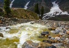 Vista escénica de la corriente en Naran Kaghan Valley, Paquistán Foto de archivo libre de regalías