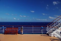 Vista escénica de la cubierta y del océano del barco de cruceros Imagen de archivo libre de regalías