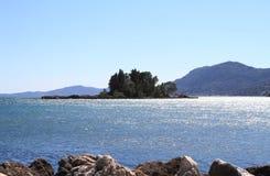 Vista escénica de la isla del pontikonisi Imagenes de archivo