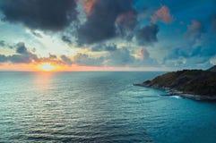 Vista escénica de la isla durante puesta del sol foto de archivo