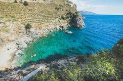 Vista escénica de la laguna hermosa del mar Mediterráneo con agua de la turquesa Foto de archivo