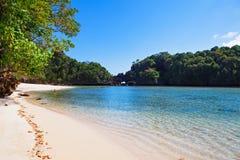 Vista escénica de la laguna ocultada con la playa blanca Segara Anakan Imágenes de archivo libres de regalías
