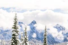 Vista escénica de la montaña cubierta con nieve Fotos de archivo