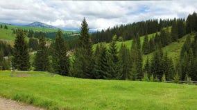 Vista escénica de la naturaleza de las montañas y de un pueblo viejo en las colinas con las cabinas de madera Día de primavera so almacen de video
