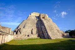 Vista escénica de la pirámide maya prehistórica en Uxmal Fotos de archivo