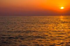 Vista escénica de la puesta del sol hermosa sobre el mar Imagen de archivo