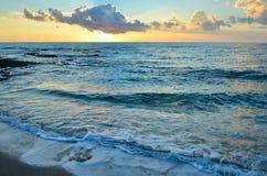 Vista escénica de la puesta del sol hermosa sobre el mar Mediterráneo Imagenes de archivo