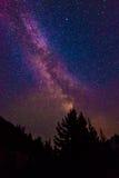Vista escénica de la vía láctea y de la estrella sobre el lago diablo en el Ca del norte Fotografía de archivo