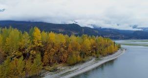 Vista escénica de las cordilleras, de los árboles y del lago 4k del otoño almacen de metraje de vídeo