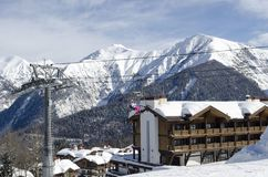 Vista escénica de las cuestas y de los apartamentos de montañas en la estación de esquí Laura Russia foto de archivo libre de regalías