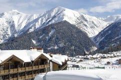 Vista escénica de las cuestas y de los apartamentos de montañas en la estación de esquí Laura Russia fotografía de archivo libre de regalías
