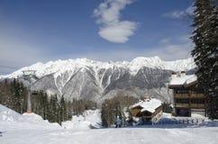 Vista escénica de las cuestas y de los apartamentos de montañas en la estación de esquí Laura Russia imagenes de archivo