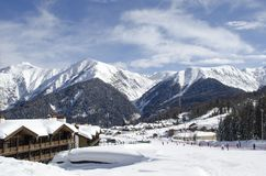 Vista escénica de las cuestas y de los apartamentos de montañas en la estación de esquí Laura Russia fotos de archivo