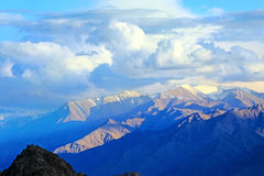 Vista escénica de las montañas de Himalaya Foto de archivo