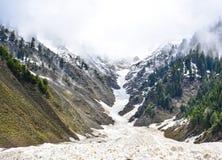 Vista escénica de las montañas Nevado en el valle de Naran, Paquistán Fotografía de archivo