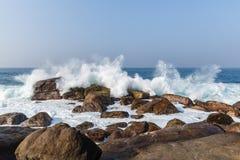 vista escénica de las olas oceánicas que se lavan en rocas, sri imagen de archivo libre de regalías