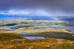 Vista escénica de los lagos, de las nubes y del arco iris hermosos en Inverpolly Foto de archivo libre de regalías