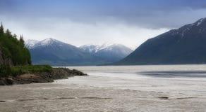 Vista escénica de los ríos y de las montañas de Alaska Imagen de archivo libre de regalías