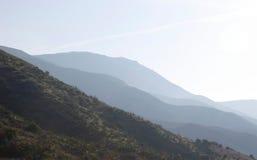 Vista escénica de montañas distantes Imágenes de archivo libres de regalías