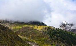 Vista escénica de montañas nubladas en Naran Kaghan Valley, Paquistán Imagenes de archivo