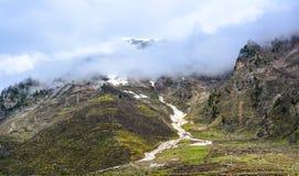 Vista escénica de montañas nubladas en Naran Kaghan Valley, Paquistán Fotografía de archivo libre de regalías
