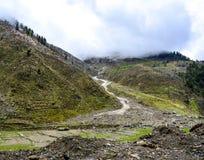 Vista escénica de montañas nubladas en Naran Kaghan Valley, Paquistán Foto de archivo