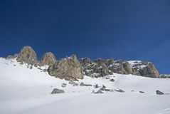 Vista escénica de un rango de montaña en invierno. Fotos de archivo