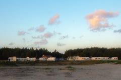 Vista escénica de una caravana o de un parque de caravanas al lado del bosque en verano imagen de archivo libre de regalías