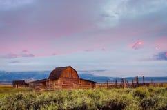 Vista escénica del granero abandonado en la salida del sol en Teton magnífico, los E.E.U.U. Fotos de archivo