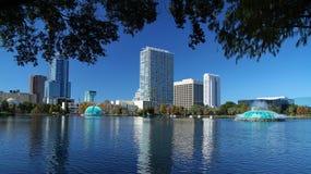 Vista escénica del horizonte de Orlando céntrica según lo visto del parque de Eola del lago Imagen de archivo libre de regalías