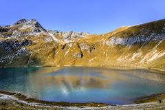Vista escénica del lago Engeratsgundsee con reflexiones de una montaña más gruesa de Daumen, mún Hindelang, Baviera, Alemania fotografía de archivo
