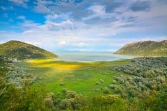 Vista escénica del lago entre las colinas Imagen de archivo libre de regalías