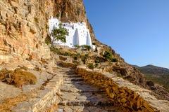 Vista escénica del monasterio de Panagia Hozovitissa en la isla de Amorgos fotografía de archivo libre de regalías