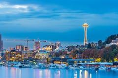 Vista escénica del paisaje urbano de Seattle en la noche con la reflexión del agua, Seattle, Washington, los E.E.U.U. Imagen de archivo libre de regalías