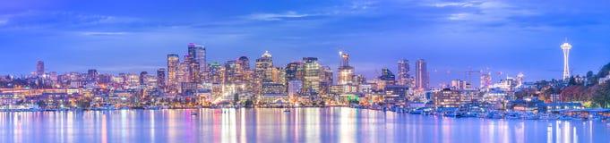 Vista escénica del paisaje urbano de Seattle en la noche con la reflexión del agua, Seattle, Washington, los E.E.U.U. Imágenes de archivo libres de regalías
