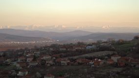 Vista escénica del pueblo de Slavyani con la ciudad de Lovech en el fondo Cordillera balc?nica en Bulgaria, igualando la luz almacen de video