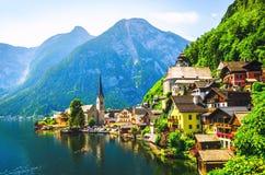 Vista escénica del pueblo famoso de Hallstatt en las montañas austríacas imagenes de archivo