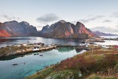 Vista escénica del pueblo pesquero, ` noruego tradicional del pescador Imagen de archivo libre de regalías