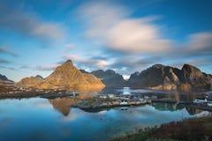 Vista escénica del pueblo pesquero, ` noruego tradicional del pescador Imagen de archivo