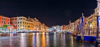 Vista escénica del puente de Rialto, Venecia en la noche Foto de archivo libre de regalías
