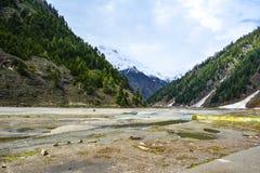 Vista escénica del río de Kunhar en el valle de Naran, Paquistán Imagenes de archivo