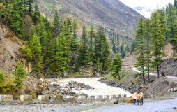 Vista escénica del río, de las montañas y del camino de Kunhar en Naran Kaghan Valley, Paquistán Imagen de archivo libre de regalías