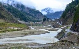 Vista escénica del río, de las montañas y del camino de Kunhar en Naran Kaghan Valley, Paquistán Imagen de archivo