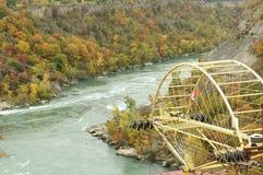 Vista escénica del río de Niagara con el aero- coche Fotos de archivo libres de regalías