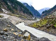 Vista escénica del río y de las montañas de Kunhar en Naran Kaghan Valley, Paquistán Imágenes de archivo libres de regalías